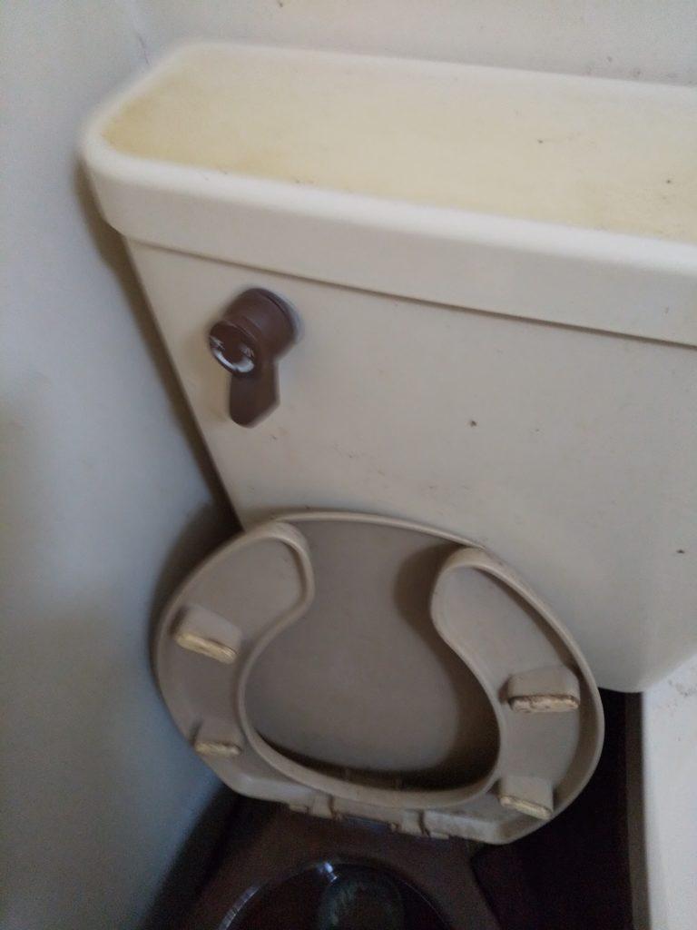 北海道札幌市東区で便器の水漏れ修理を行いました。